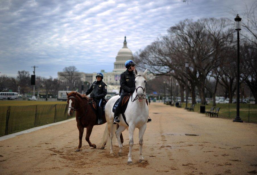 Deux policiers patrouillent le long du Mall durant les préparatifs en vue de la deuxième investiture du président Barack Obama à Washington, DC, qui aura lieu le 21 janvier. | 18 janvier 2013