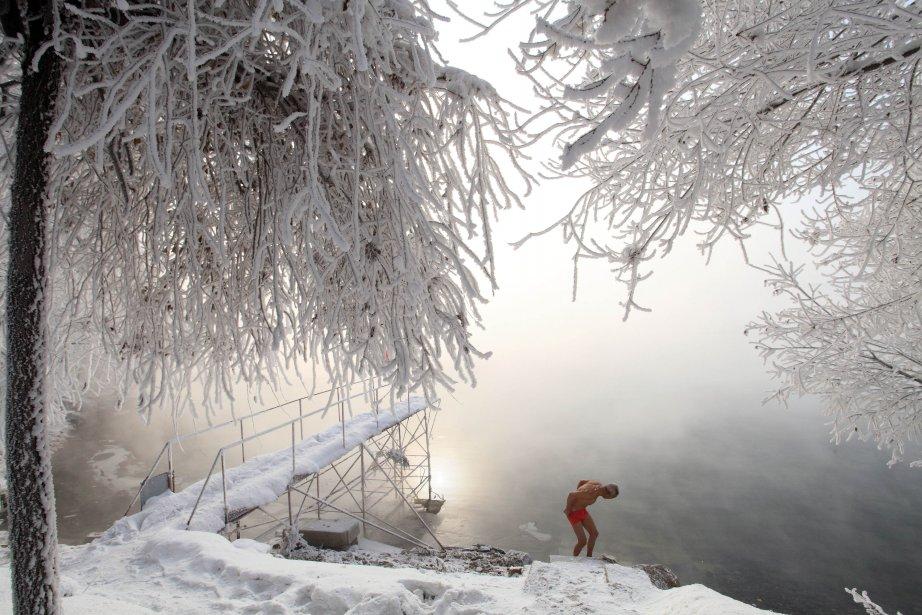 Un enseignant retraité, Gao Yinyu, 77 ans, se prépare à sa baignade quotidienne à Jilin, dans le nord-est de la Chine, par –25°C. Gao s'entraîne tous les matins depuis plus de 10 ans. | 18 janvier 2013