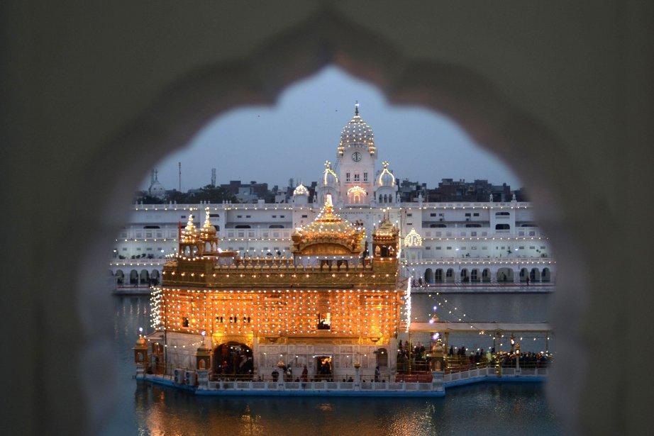 Des dévots sikhs en pèlerinage au Temple d'or d'Amritsar, à la veille de l'anniversaire de naissance 348e anniversaire de naissance du 10e guru sikh Gobind Singh. | 18 janvier 2013