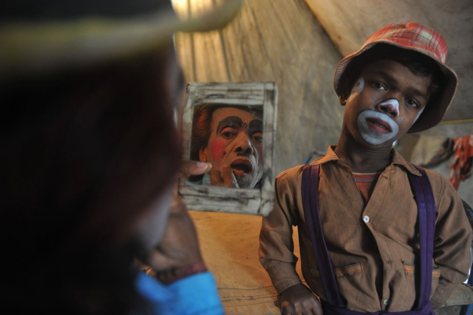 Madhusudan Ghosh, 69 ans applique son maquillage de clown devant... | 2013-01-18 00:00:00.000