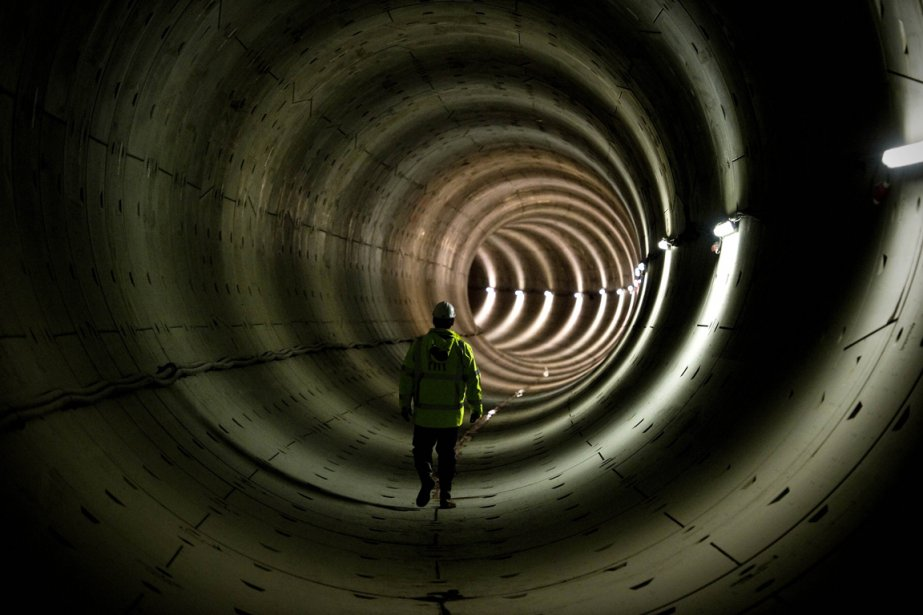 Un employé du métro d'Amsterdam dans le tunnel d'une ligne en construction | 18 janvier 2013