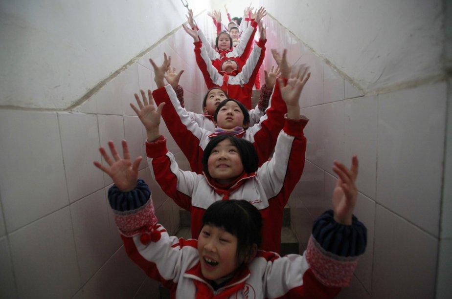 Le niveau de smog dans la province de Shangdong force ses élèves de Jinan en Chine de passer leur moment de récréation à l'intérieur | 18 janvier 2013
