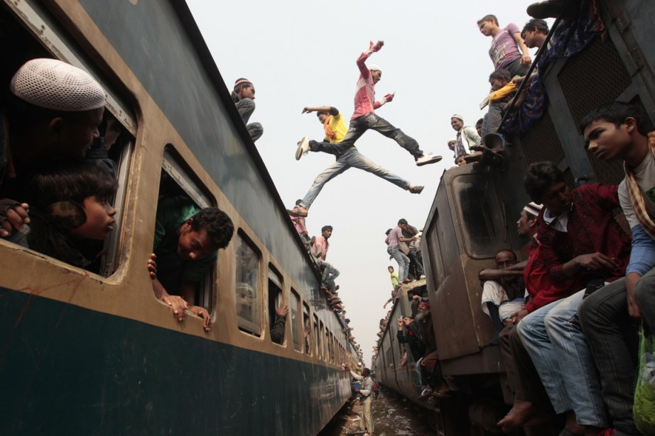 Des voyageurs changent de train à la gare de Dhaka au Bangladesh. | 18 janvier 2013