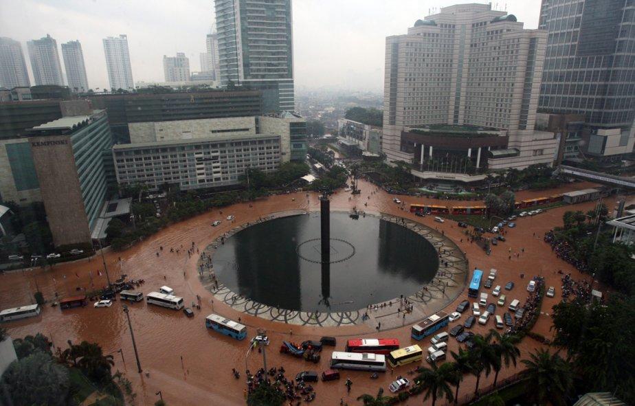 Un rond-point inondé de Jakarta en Indonésie. | 18 janvier 2013