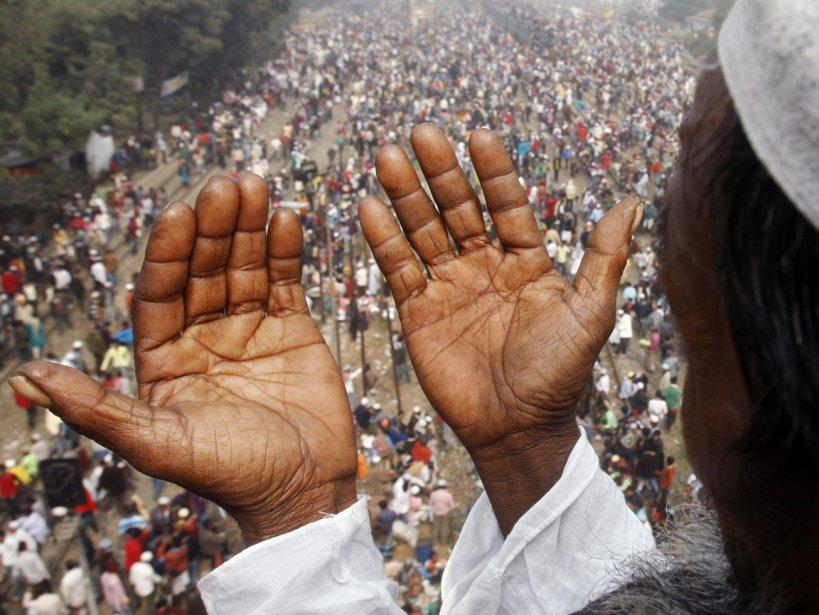 Un homme prie à Tongi au Bangladesh | 18 janvier 2013