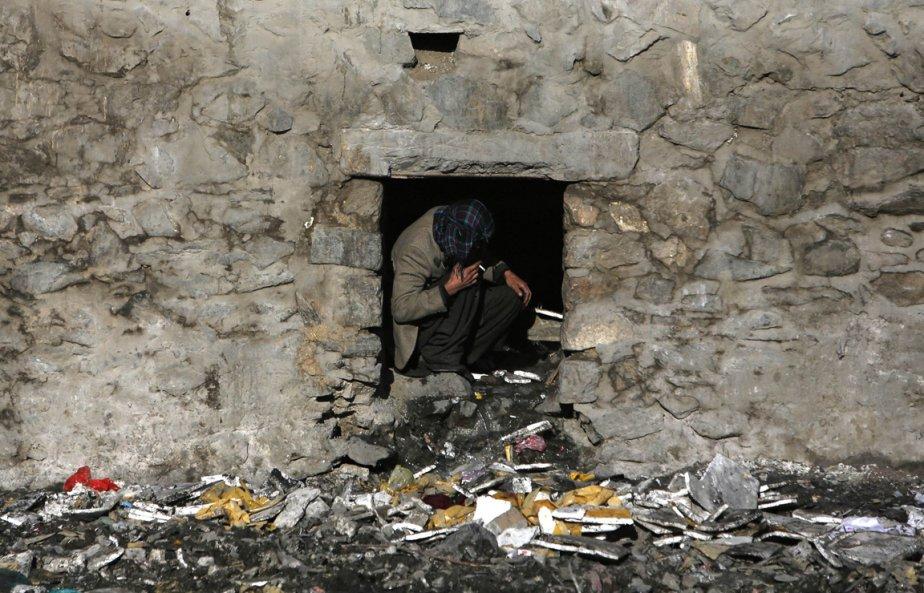 Un homme fume de l'héroïne à Kaboul | 18 janvier 2013