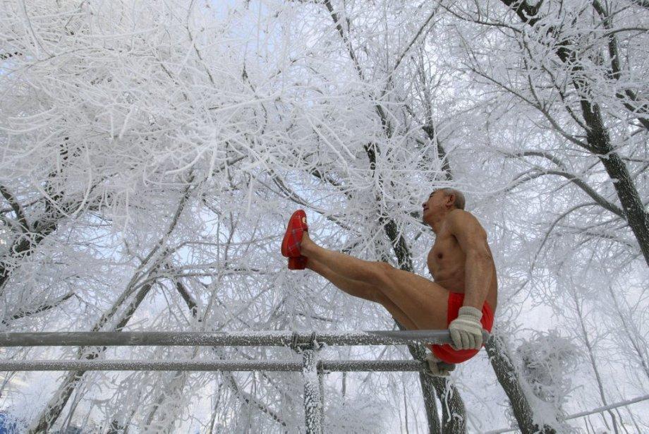 Âgé de 77 ans, Gao Yinyu ne craint pas le froid et fait ses exercices à Jilin, en Chine. | 18 janvier 2013