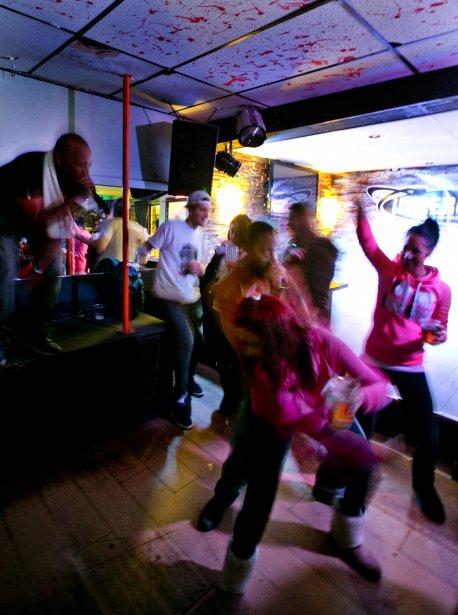 Plusieurs membres du label Silence d'or donnent un spectacle dans un bar de Beauharnois. (Marco Campanozzi, La Presse)