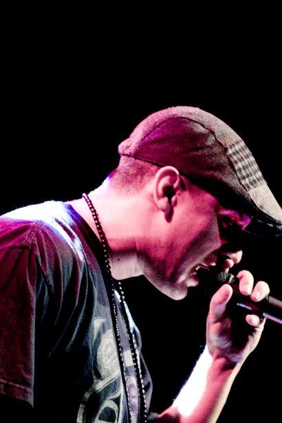 Le rappeur d'origine autochtone Samian donne un concert au Cégep de Rimouski. (Marco Campanozzi, La Presse)