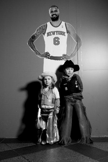 Ruthie et Rowdy Alley à côté d'une photo grandeur nature du joueur de basket Tyson Chandler, des New York Knicks. | 18 janvier 2013