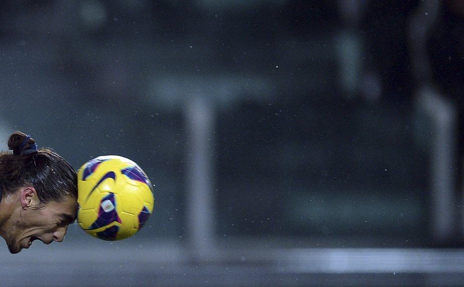 Martin Caceres, joueur du Juventus de Turin, frappe le ballon avec sa tête lors d'une partie contre l'équipe de la ville italienne d'Udine. | 19 janvier 2013