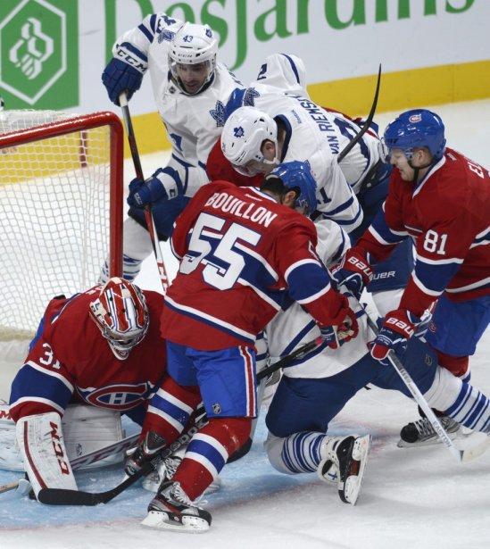 Francis Bouillon et Lars Eller viennent en aide à leur gardien Carey Price alors que trois joueurs des Maple Leafs se pressent devant son filet. | 19 janvier 2013