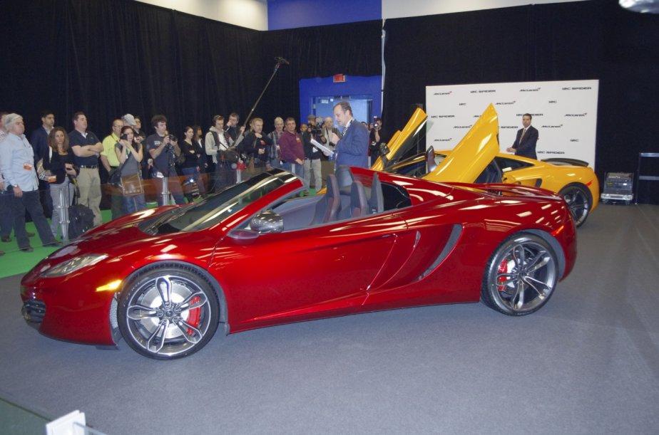 McLaren a présenté son cabriolet MP4-12C. Au-delà de ses performances époustouflantes — 0 à 100 km/h en 3,1 secondes —, il faut souligner que son toit rétractable peut s'ouvrir même en mouvement, à moins de 30 km/h. | 20 janvier 2013