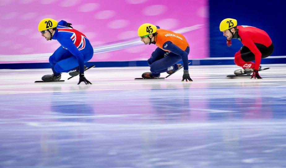Le Britannique Paul Stanley, le Néerlandais Niels Kerstholt et l'Allemand Paul Herrmann dans le dernier sprint du 1000m au Championnat d'Europe de patinage de vitesse à Malmö, en Suède. | 21 janvier 2013