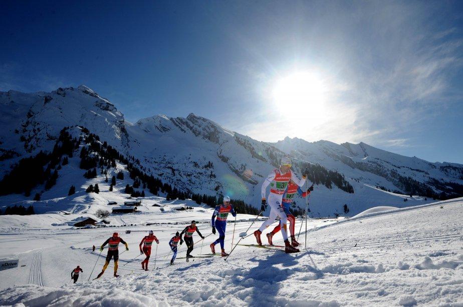 Des skieurs dans la course à relais (4 x 7,5 km) de la Coupe du monde de ski de fond à La Clusaz, en France. | 21 janvier 2013