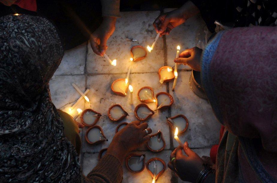 Des musulmanes allument des lampes et des bougies à l'occasion du 389e anniversaire de la mort de Mian Mir Sahib, à Lahore, au Pakistan. Ce saint est vénéré tant dans la religion sikhe que dans l'islam: en 1588, il s'est rendu à Amritsar pour poser la première pierre du temple d'Or, le plus sacré de la religion sikhe, aussi connu sous le nom de Sri Harminder Sahib. | 21 janvier 2013
