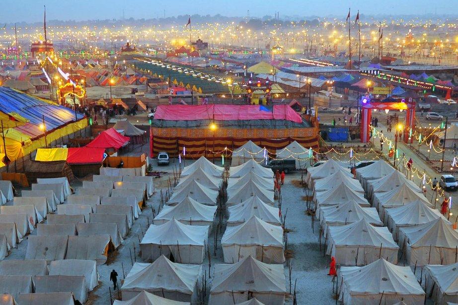 Des abris temporaires destinés aux pèlerins à Sangam, au confluent du Gange, de la rivière Yamuna et de la mythique  Saraswati. Quelque 100 millions de dévots affluent à la fête de La fête de Kumbhmela, à Allahabad, pendant les 55 prochains jours, pour le bain rituel dans les aux saintes, censées les laver de leurs péchés et leur attirer la grâce des dieux. | 21 janvier 2013