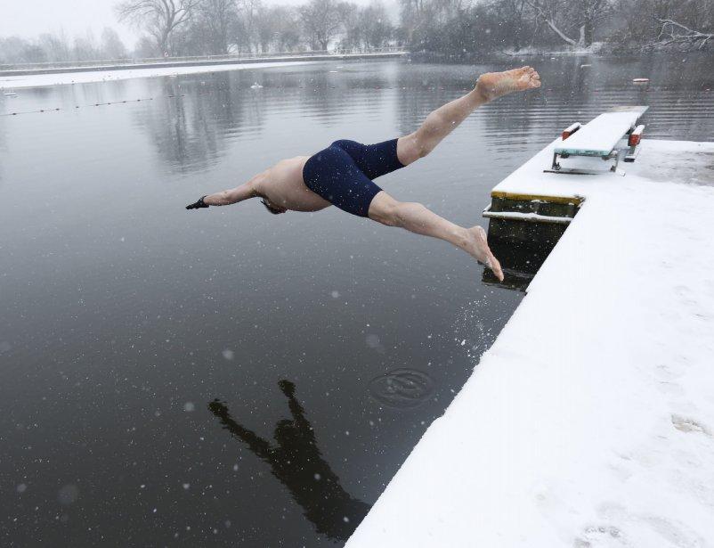 Un nageur pique une tête malgré la neige qui tombe, à  Hampstead Heath, dans le nord de Londres. | 21 janvier 2013
