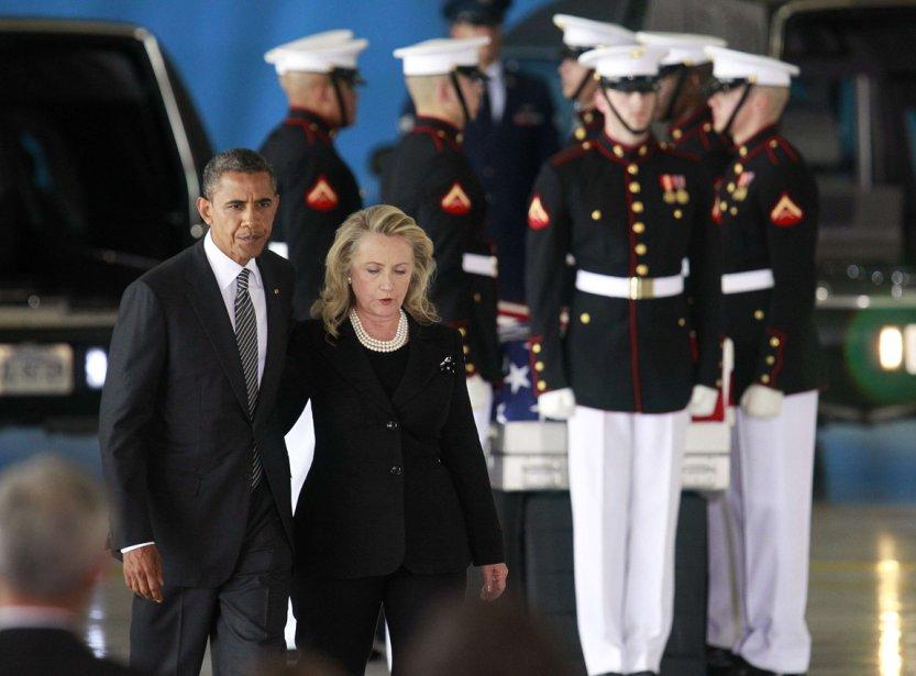 Barack Obama et la secrétaire d'État Hillary Clinton accueillent les corps de quatre américains tués lors de l'attaque sur le consulat américain à Benghazi en Libye, le 14 septembre 2012. | 21 janvier 2013