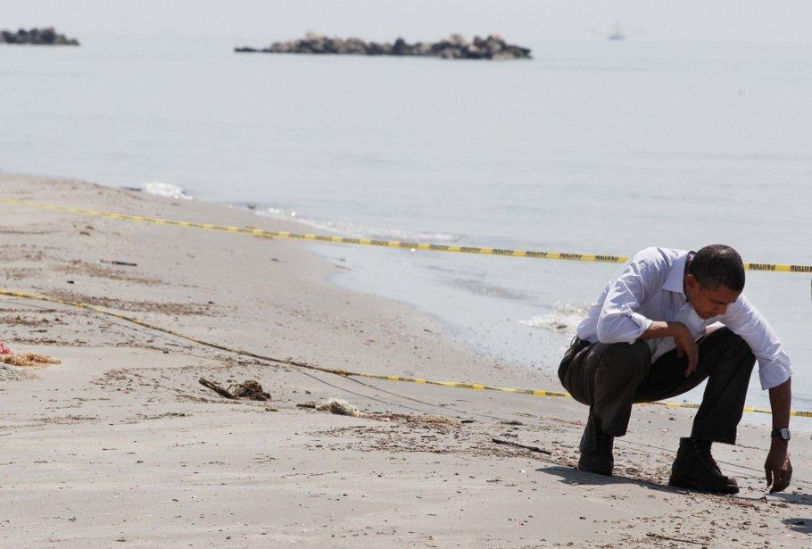 Barack Obama observant les dégâts causés par l'explosion de la plateforme Deep Sea Explorer sur une plage de Louisiane. | 21 janvier 2013