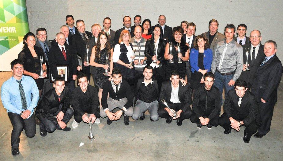 Le gala Sport-hommage Desjardins a encore une fois été couronné de succès lors de sa 31e édition présentée à Shawinigan samedi. Les nombreux lauréats sont repartis le sourire aux lèvres, comme en témoigne cette scène croquée à la fin du gala. (Photo: Émilie O'Connor)