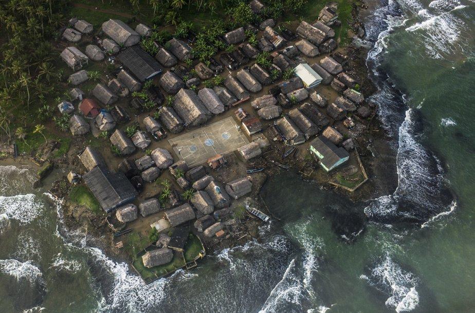 Les insulaires de Kuna Yula construisent quotidiennement des digues de fortune pour empêcher l'eau de submerger leurs habitations et ce terrain de basketball à l'existence précaire. (Photo: Matthieu Rytz, collaboration spéciale)