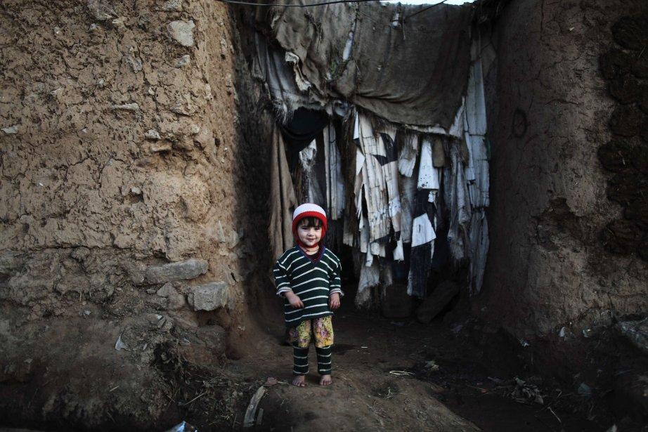 Une fillette devant l'entrée de sa maison dans un bidonville d'Islamabad, capitale du Pakistan. | 22 janvier 2013