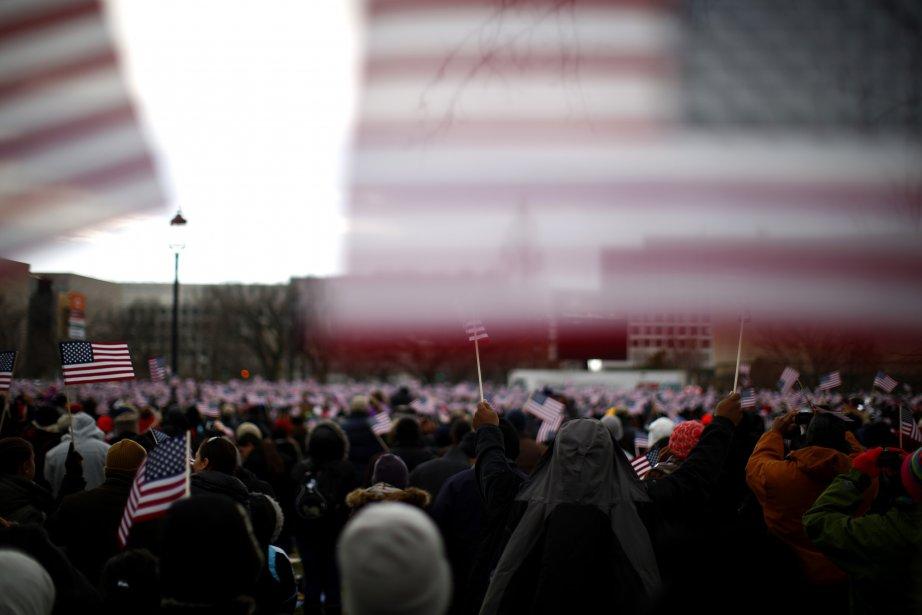 Une foule de spectateurs massés sur le National Mall, devant le Capitole, pour assister à la cérémonie d'investiture  du président Barack Obama et du vice-président Joe Biden. | 22 janvier 2013