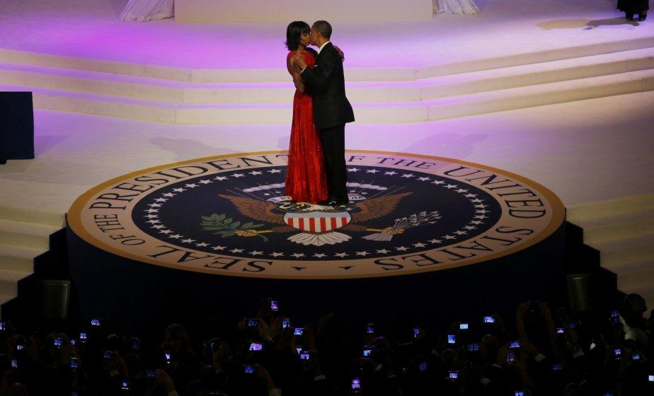 Michelle Obama, vêtue d'une robe signée Jason Wu, embrasse son mari Barack Obama au bal du commandant en chef, qui souligne l'investiture du président. | 22 janvier 2013