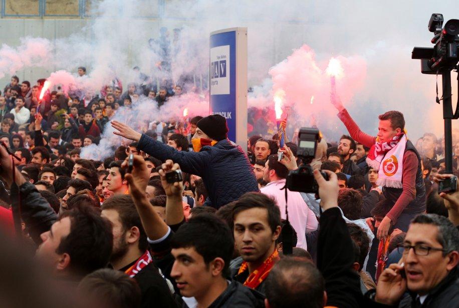 Des supporters du club de soccer turc Galatasaray attendent l'arrivée du joueur néerlandais Wesley Sneijder à l'aéroport Ataturk, à Istanbul. Sneijder a quitté l'Inter Milan pour se joindre aux géants du Galatasaray. | 22 janvier 2013