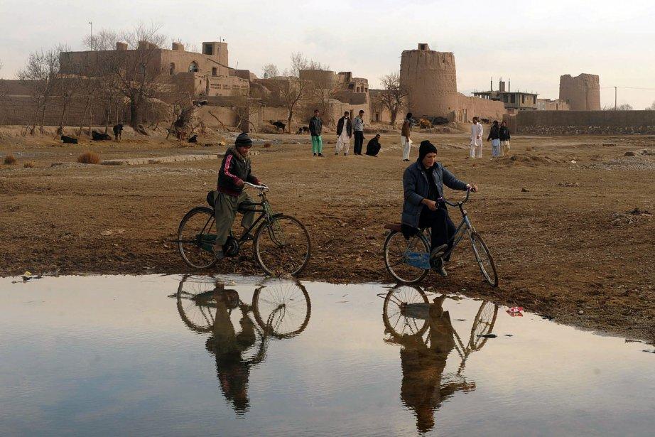 Des enfants à vélo hors les murs d'Hérat, en Afghanistan. Plus du tiers des Afghans vivent dans une extrême pauvreté parce que les dirigeants du pays se soucient davantage de leur propre intérêt que des besoins de la population, selon un rapport de l'ONU. | 22 janvier 2013