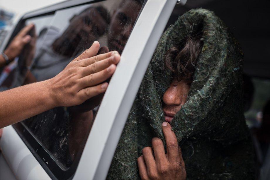 Un sans-abri quitte «Crackolandia», un endroit où les toxicomanes se regroupent pour fumer du crack au centre-ville de Sao Paulo, au Brésil, vers un centre de réadaptation. | 22 janvier 2013