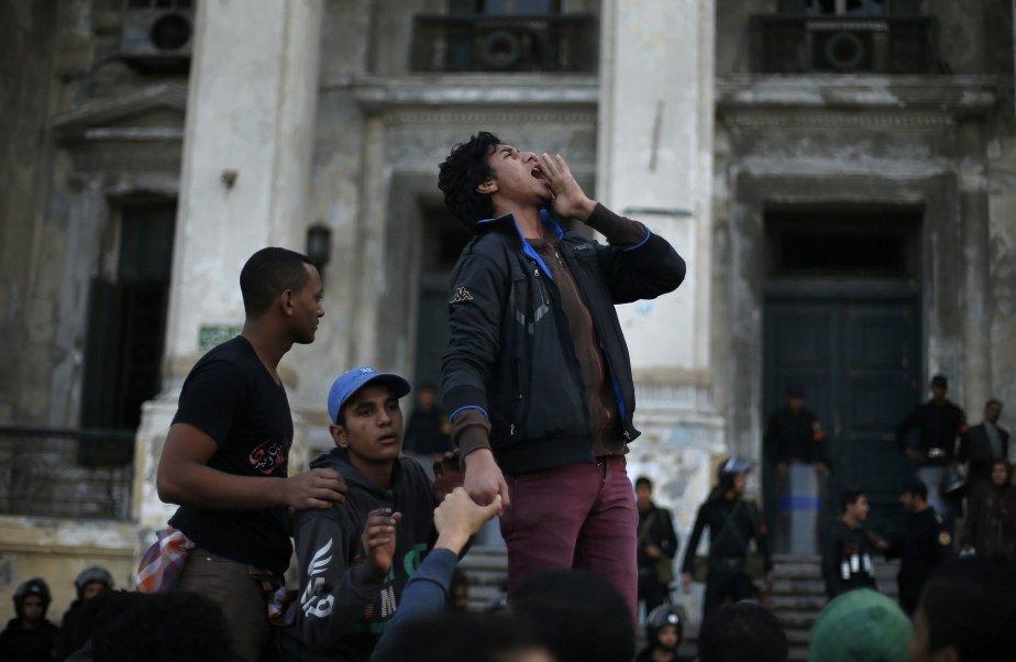 Des manifestants devant un palais de justice à Alexandrie, en Égypte. Les manifestations ont tourné à l'affrontement avec la police après qu'un juge qui enquêtait sur la mort de protestataires lors du soulèvement du printemps 2011 eut décidé de confier l'affaire à un autre tribunal. | 22 janvier 2013