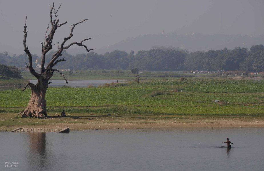 Un pêcheur étirant ses filets dans le lac Taungthaman. Amarapura. (Photo: Claude Gill)
