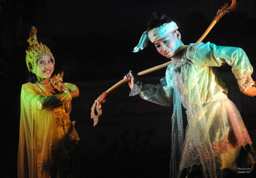 Un numéro de danse birmane traditionnelle au Mintha Theater de Mandalay. (Claude Gill)