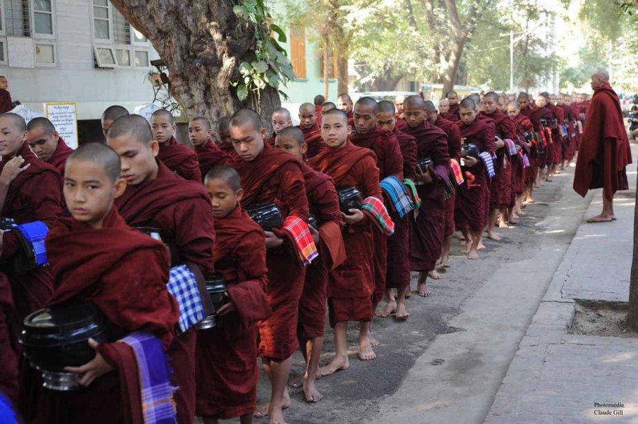 Assurément plus d'un millier de moines ont pris part au repas quotidien. Il en sortait de partout pour se placer dans les rangs. Amarapura. (Photo: Claude Gill)