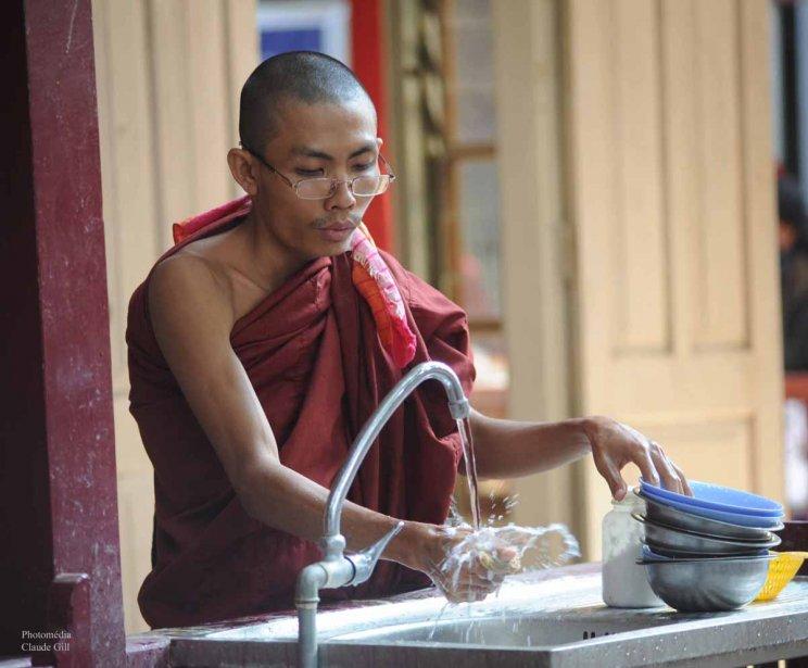 Ça en prend bien un pour laver toute la vaisselle utilisées pour les déjeuners. Le moine ménager. Amarapura. (Photo: Claude Gill)