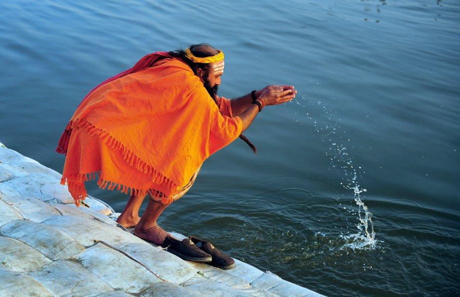 Un «sadhu» (saint homme) dans sa prière du soir au Sangam, le confluent du Gange et des rivières Yamuna et Saraswati, durant la fête du Kumbhmela à Allahabad, en Inde. Quelque 100 millions de pèlerins hindous convergent à Allahabad pendant 55 jours pour prendre un bain rituel dans les eaux sacrées du Gange, censées les laver de leurs péchés et leur attirer les grâces des dieux. | 23 janvier 2013
