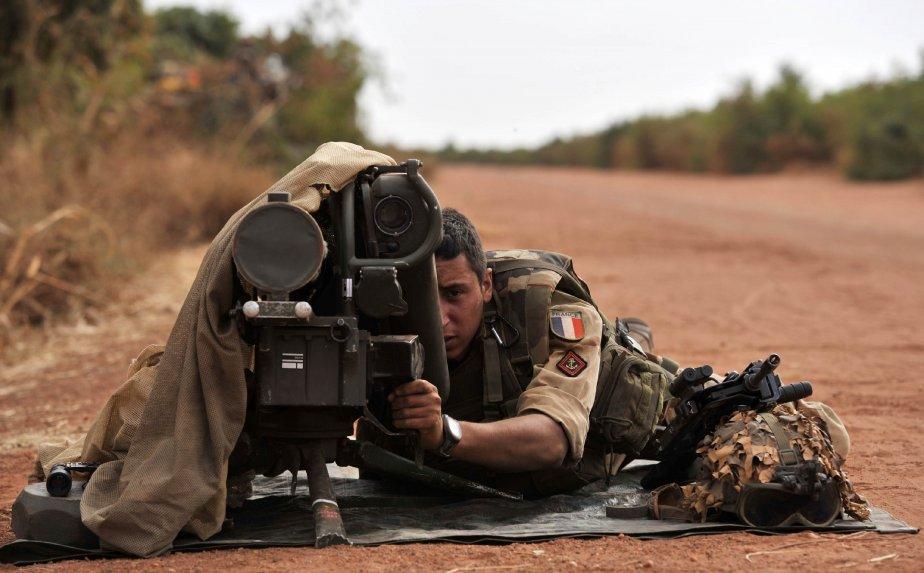 Un soldat français en avant-poste près de Diabaly, au Mali.  L'Italie a annoncé mardi qu'elle enverrait trois avions en renfort aux troupes françaises et maliennes, en guerre contre des rebelles islamistes au Mali. | 23 janvier 2013
