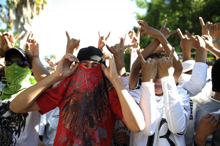 Des membres du gang MS-13 lors de la déclaration officielle qui fait de la ville d'Ilopango, en banlieue de San Salvador, une zone pacifiée. Les chefs de gang ont entamé la deuxième phase de la trêve destinée à réduire la criminalité au Salvador. | 23 janvier 2013