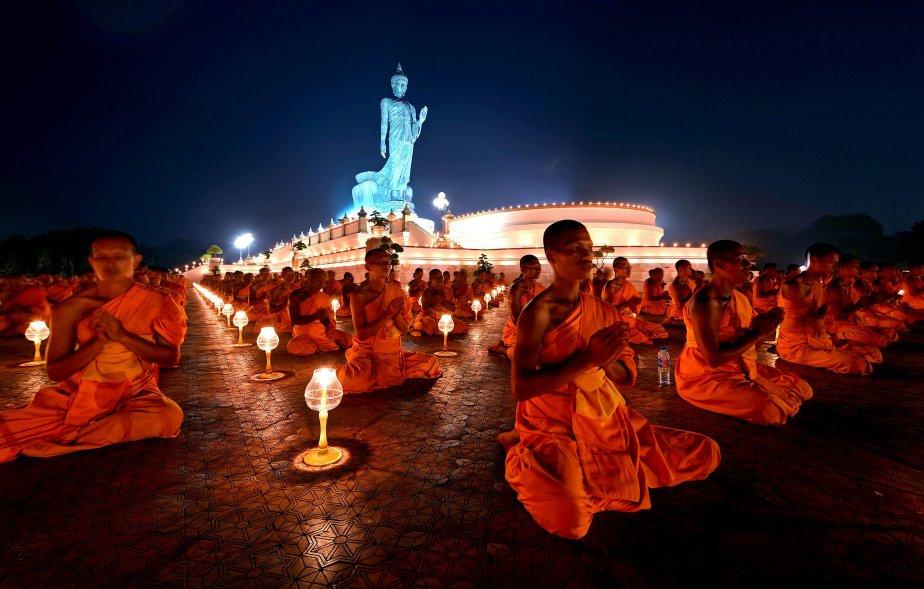 Cérémonie en hommage à Bouddha à Phutthamonthon, dans la province... | 2013-01-23 00:00:00.000