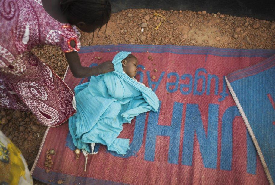 Un bébé dans un camp pour personnes déplacées à Sévaré, au Mali. Le chef de l'armée malienne a estimé à un mois le temps que mettraient ses troupes, aidées des Français, pour reprendre les villes de Gao et de Tombouctou des mains des rebelles islamistes. | 23 janvier 2013