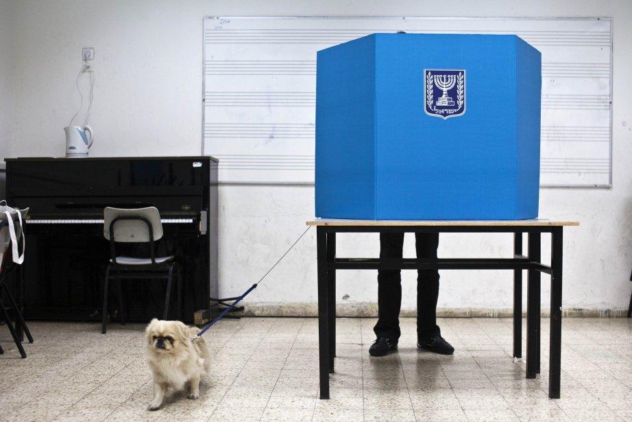 Un électeur dans l'isoloir à Tel-Aviv, lors des élections de lundi en Israël. On s'attend à ce que Benyamin Nétanyahou soit réélu pour un troisième mandat, ce qui donnera un nouveau souffle à l'épreuve de force avec l'Iran et aux conflits sur le statut des Palestiniens. | 23 janvier 2013