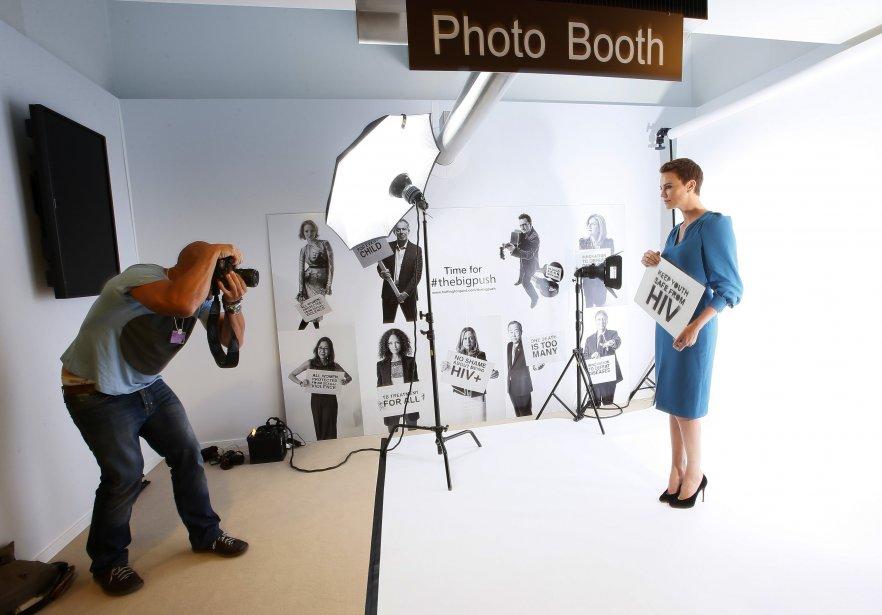 L'actrice oscarisée Charlize Theron pose pour la campagne «Big Push» («élan massif») du Fonds mondial de lutte contre le sida, la tuberculose et la malaria, en marge du Forum économique mondial de Davos, en Suisse. | 23 janvier 2013