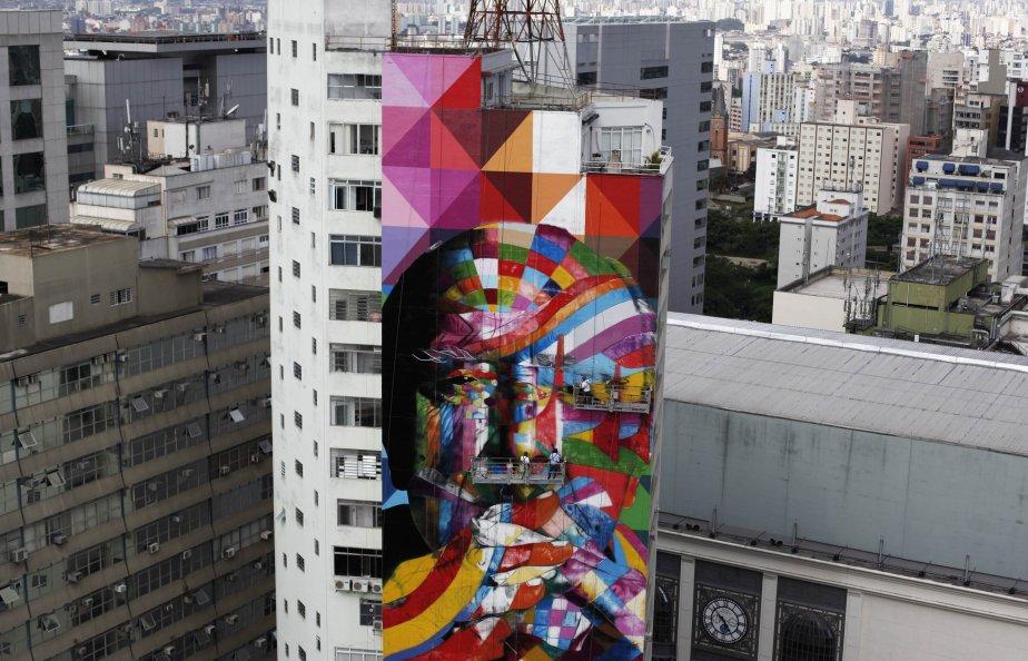 À l'aide de ses ouvriers, l'artiste Eduardo Kobra (au centre) met la dernière main à la murale haute de 56m qu'il a créée à Sao Paulo en hommage à l'architecte brésilien Oscar Niemeyer, l'un des architectes modernistes les plus influents du XXe siècle, mort en décembre dernier à l'âge de 104 ans. | 23 janvier 2013