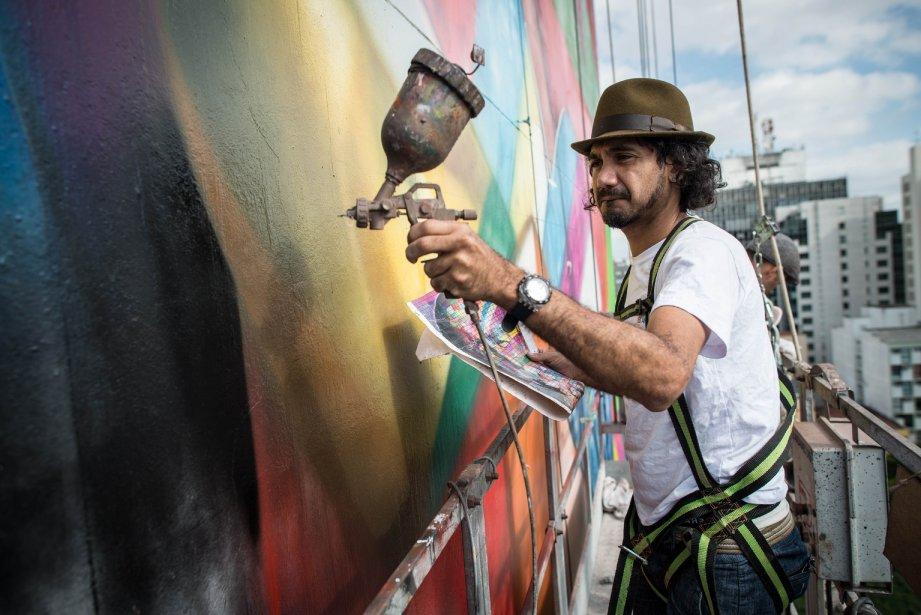 Le muraliste Eduardo Kobra met la dernière main à son portrait géant de l'architecte brésilien Oscar Niemeyer. Kobra a entrepris les négociations il y a cinq ans en vue de réaliser cette murale, qui sera terminée à temps pour le 459e anniversaire de la fondation de Sao Paulo, le 25 janvier. | 23 janvier 2013