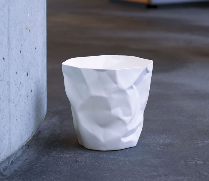 Si la corbeille Bin Bin évoque le papier froissé, elle peut servir également de cache-pot et de corbeille à linge. ESSEY, 57,60$, allmodern.com | 23 janvier 2013