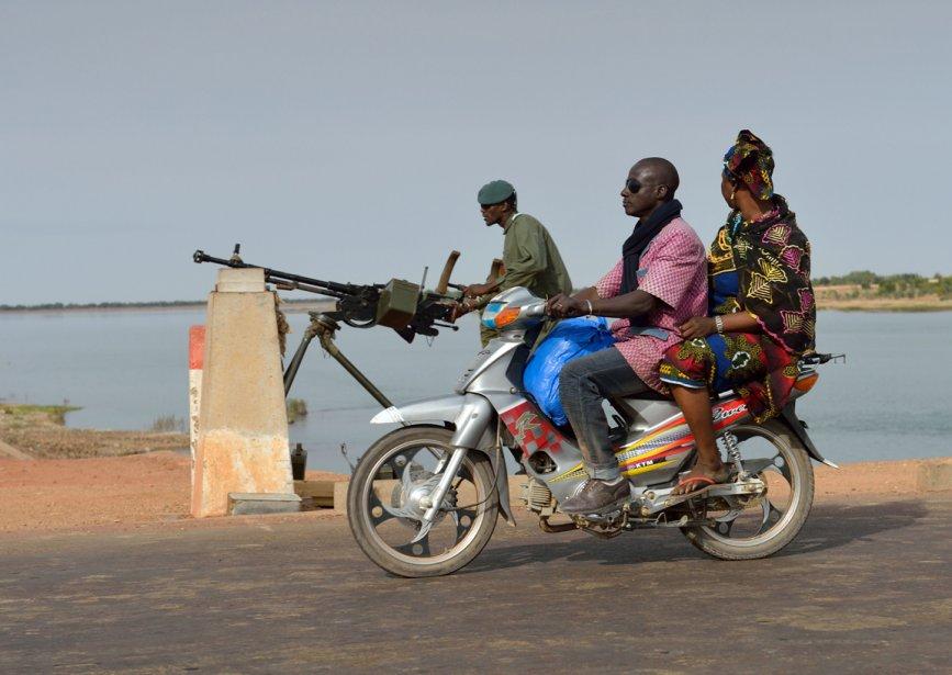 Un soldat malien surveille un pont stratégique sur le Niger | 23 janvier 2013