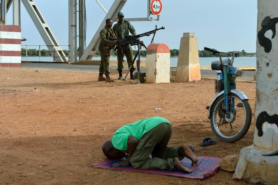Moment de prière pour cet homme à Markala. | 23 janvier 2013