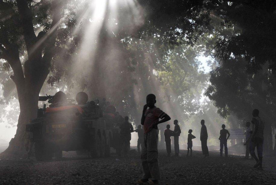 Un jeune Malien devant des soldats de l'armée française | 23 janvier 2013
